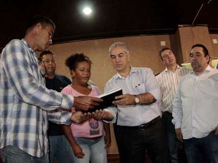 Reinaldo entrega 200 casas e anuncia outras 1.100 para fevereiro