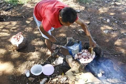 No feriado, doação vira churrasco improvisado para moradores de rua