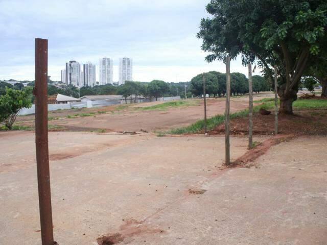 As estacas que estruturavam o muro  marcam o local ontem os tapumes ficavam (Foto: Paulo Francis)