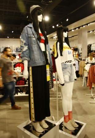 A calça trend do momento é  essa com botões nas laterais e sai a R$ 139,90. (Foto: Saul Schramm)