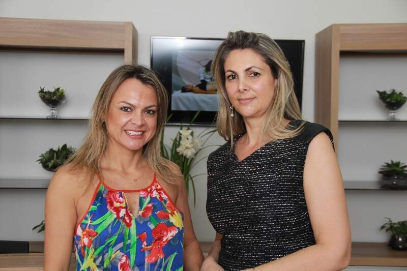 Vanessa Silveira, dona da franquia e Cristine, farmacêutica e agora micropigmentadora. (Foto: Fernando Antunes)