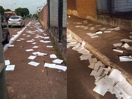 Avenida de Campo Grande amanhece forrada de documentos da Justiça