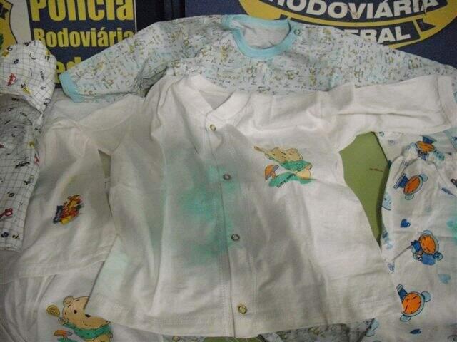 PRF aplicou reagente nas roupas que ficaram verdes, o que indicou presença da droga (Foto: Divulgação PRF)