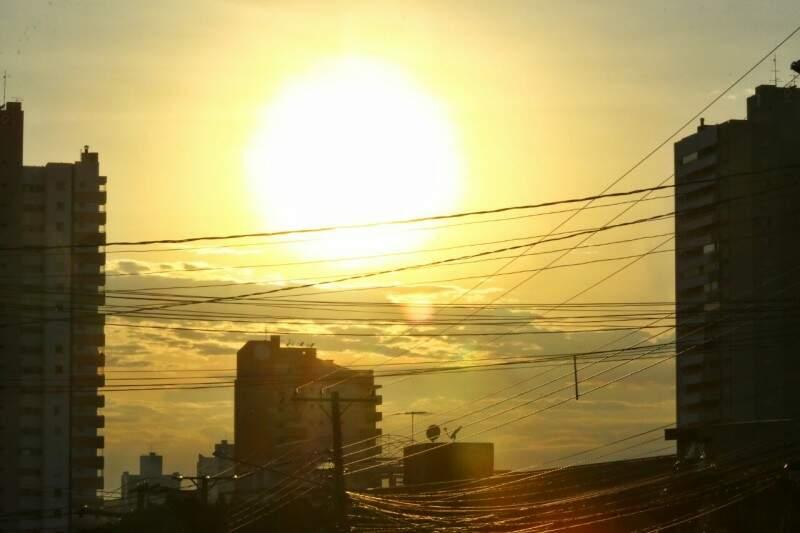 Sol predomina céu de Campo Grande na manhã desta sexta-feira (10). (Foto: André Bittar)