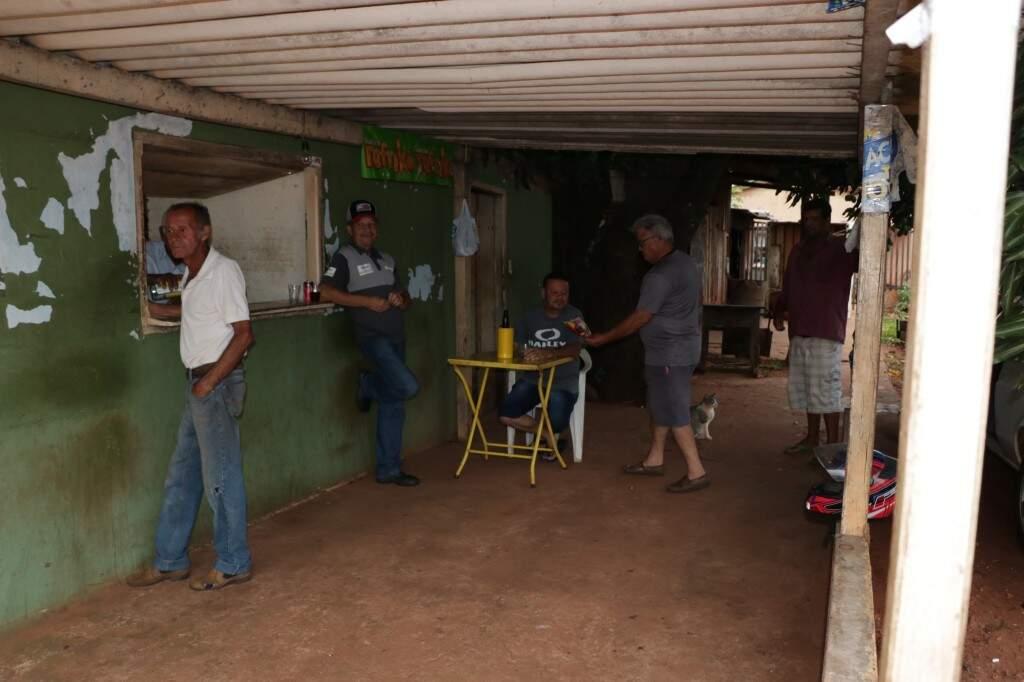 """Passar para tomar """"aquela gelada"""" com Ferreirinha é tradição entre os clientes que viraram amigos de longa data (Foto: Kimberly Teodoro)"""