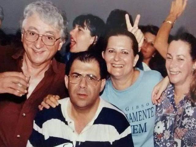 Edson e Lúcia junto dos amigos Pedro e Lúcia em uma das festas que ela tanto gostava. (Foto: Arquivo Pessoal)