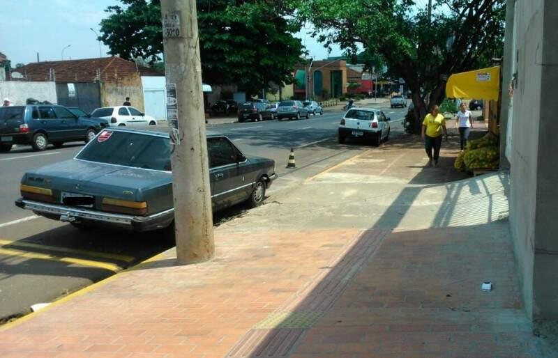 """Cones """"seguram"""" vagas no local. (Foto: Repórter News)"""