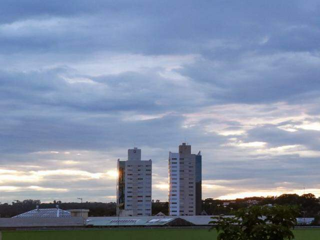 Quinta-feira amanheceu com céu parcialmente nublado em Campo Grande. (Foto: Henrique Kawaminami)