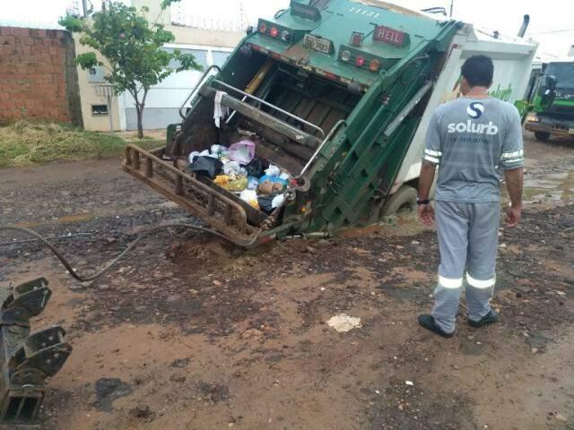 """Caminhão """"afundou"""" um pouco antes do incidente de hoje, na mesma rua. (Foto: Direto das Ruas)"""