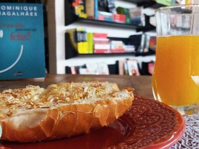 Pão na chapa com cebola desidratada e, para acompanhar, um suco orgânico. (Foto: Acervo Pessoal)