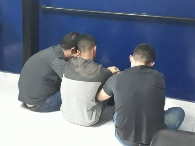 Depois de presos, os suspeitos foram levados para a Depac (Delegacia de Pronto Atendimento Comunitário) do Centro (Foto: PM/Divulgação)