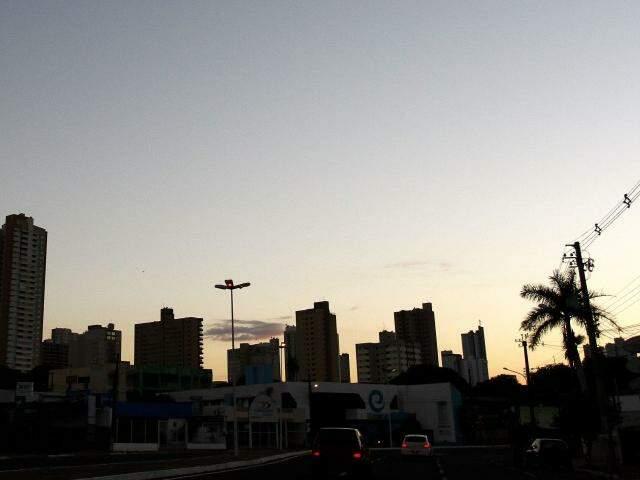 Céu claro e com poucas nuvens na capital sul-mato-grossense (Foto: Saul Schramm)