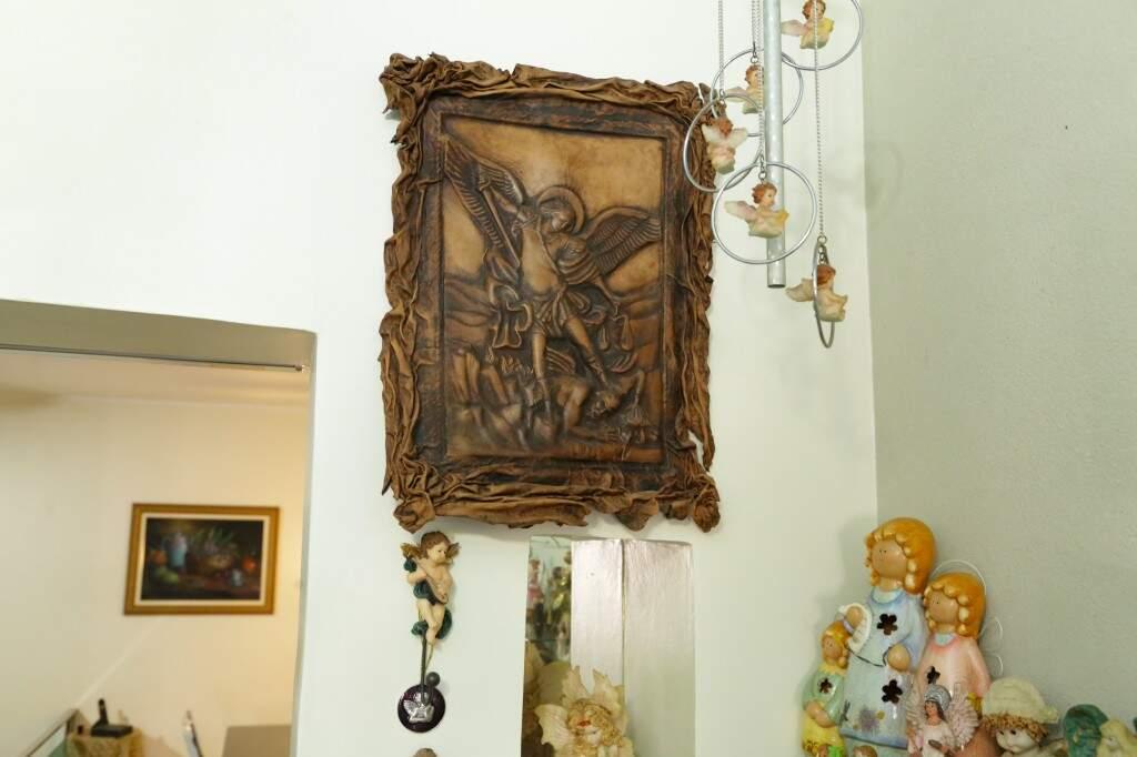 Quadro de anjo feito com couro de camelo, trazido de Cairo, no Egito. (Foto: Kísie Ainoã)