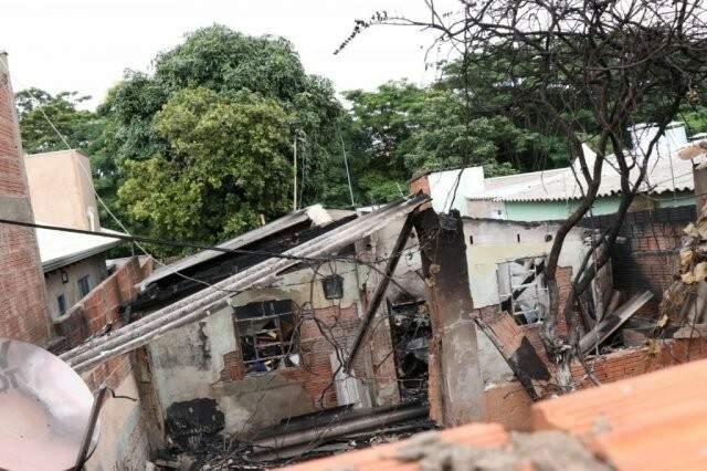 Após o incêndio, a estrutura da casa precisou ser derrubada pelo corpo de bombeiros (Foto: Henrique  Kawaminami)