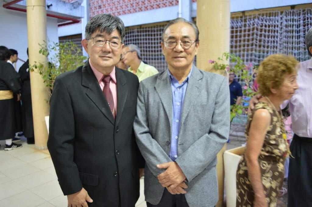 O presidente do Conselho Deliberativo Fiscal e o médico aniversariante Ilton Shinzato.(Foto: Thaís Pimenta)