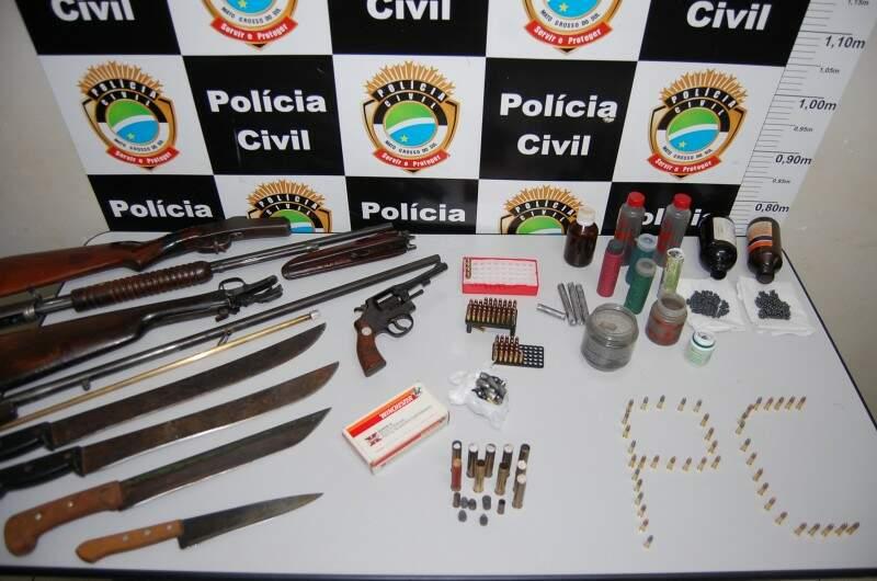 Armas, munições e ave silvestre são apreendidas em Costa Rica. (Foto:Eu Conto Tudo)