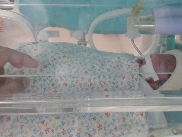 Gabrielly, a segunda a nascer recebe o carinho da mãe de fora. (Fotos: Arquivo Pessoal)