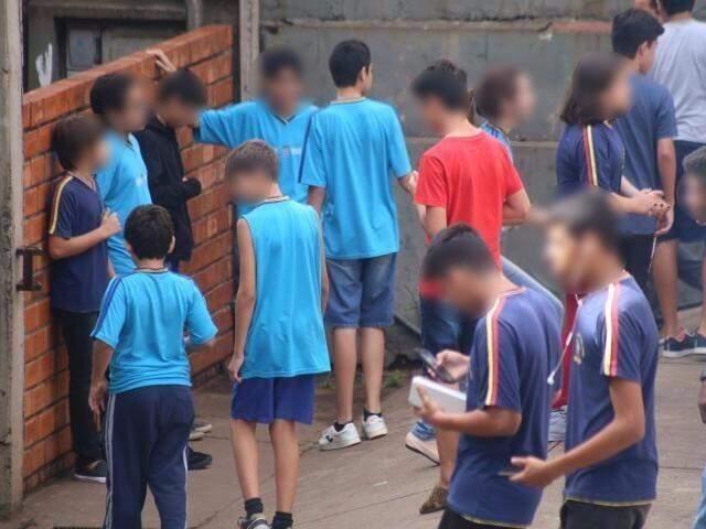 Alunos usam uniformes antigos. (Foto: Marcos Ermínio)