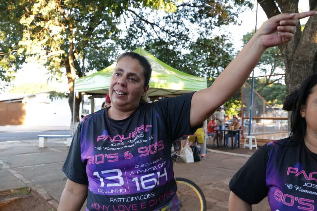 """A cozinheira Bianca Marques, de 44 anos, explica que o """"point"""" dos amigos, agora, é o quiosque da Tânia. (Foto: Kísie Ainoã)"""