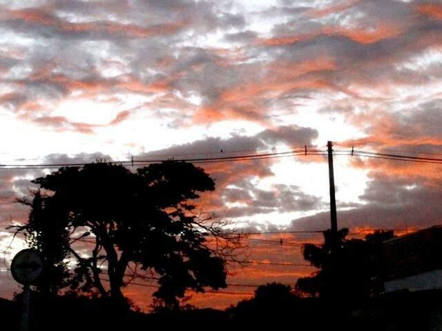 Terça-feira amanheceu com bastante nuvens no céu, mas previsão é de dia ensolarado (Foto: Saul Schramm)