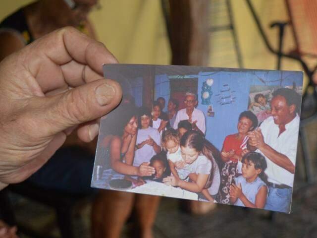 Na foto, a lembrança das reuniões que fazem no local com a família  (Foto: Alana Portela)