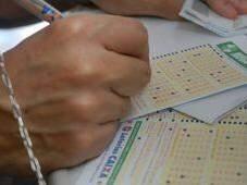 Apostador preenche cartelas de jogo (Foto: Agência Brasil)
