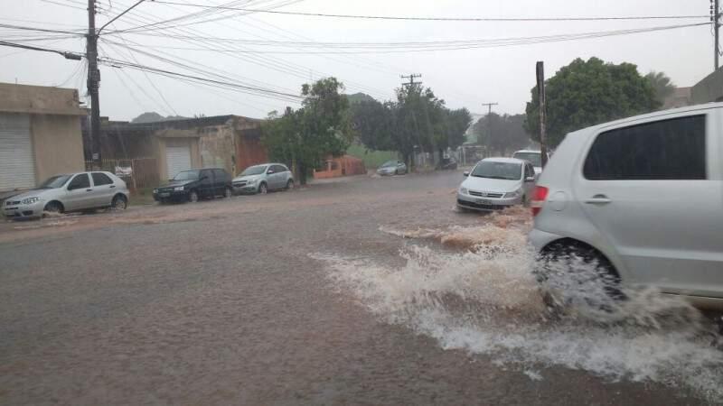 Rua Dom Aquino, no Bairro Amambai, também foi tomada pela enxurrada. (Foto: Amanda Bogo)