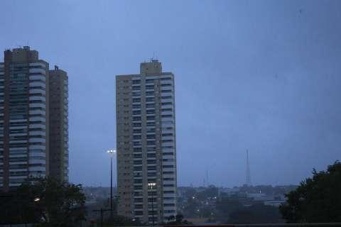 Domingo começa com chuva e instituto emite alerta de tempestade