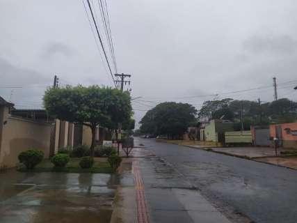 Longe da tempestade prevista, chuva chega calma e derruba temperatura