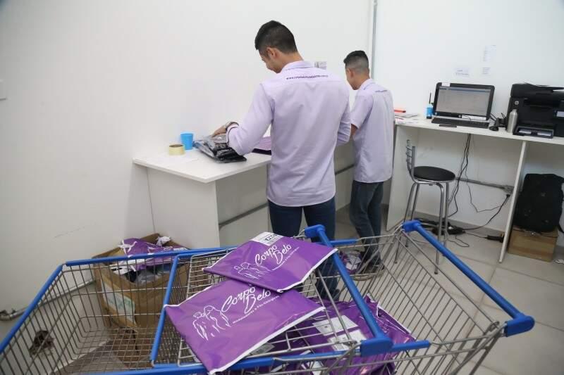 Equipe despacha produtos encomendados. (Foto: Alcides Neto)