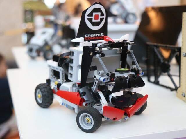 Na oficina as crianças recebem várias peças de lego e precisam montar um carro a partir de um molde. (Foto: Fernando Antunes)