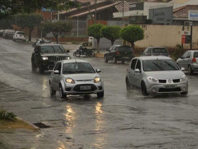 Após sol e forte calor no fim de semana, chove nesta segunda-feira na Capital (Foto: Alcides Neto)