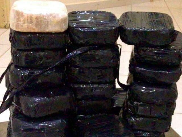 Tabletes de cocaína estavam na lataria de um Prisma (Foto: Divulgação)