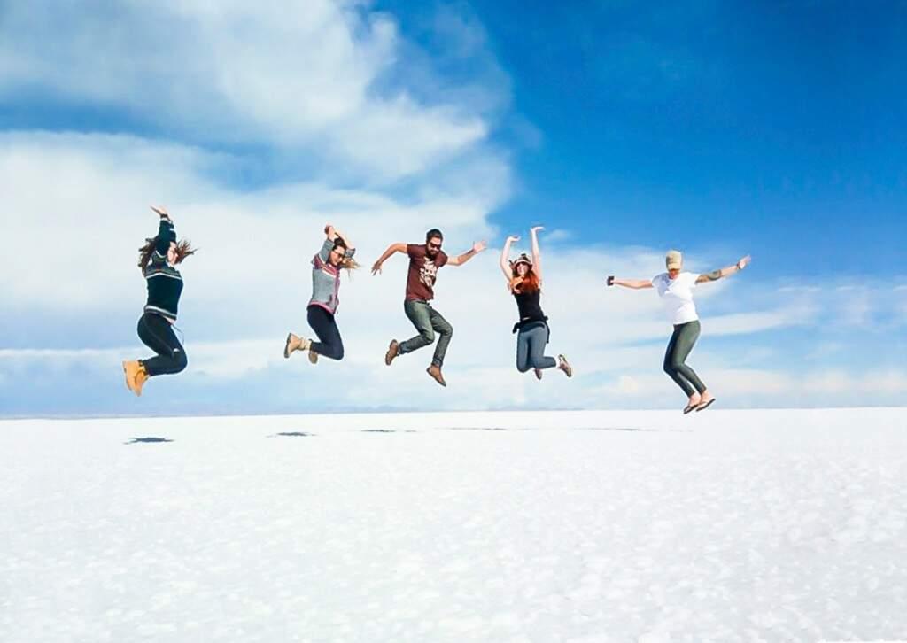 No meio do deserto de sal, a diversão e felicidade entre amigos por ter vencido a jornada. (Foto: Juliano Pinheiro)