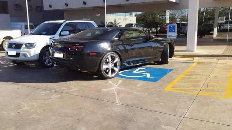 Veiculo estacionado de forma irregular em vaga para deficientes.(Foto: Direto das ruas)