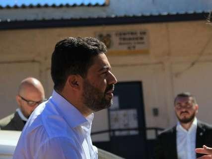 Horas após Simone desistir de candidatura, André recebe advogados