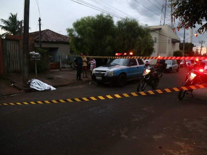 Corpo de Carlos Dutra foi encontrado na rua Carlos de Carvalho (Foto: Fernando Antunes)