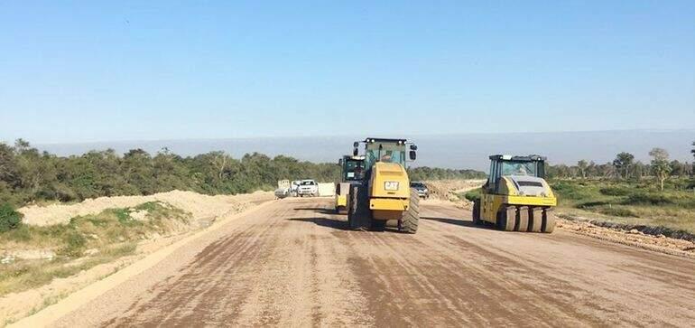 Esta semana as obras de sub base da parte estrutural para receber o asfalto avançaram mais de 3 km (Foto: Abc Color/Assunção)