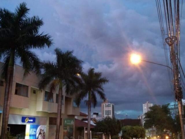 Bairro Jardim dos Estados foi uma das regiões onde a chuva já parou, mas o céu continua nublado com previsão de mais chuvas durante a noite.(Foto: Adriano Fernandes)