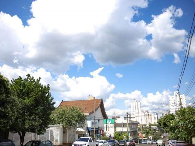Céu claro com nuvens na tarde desta segunda-feira no Jardim dos Estado em Campo Grande (Foto: Paulo Francis)