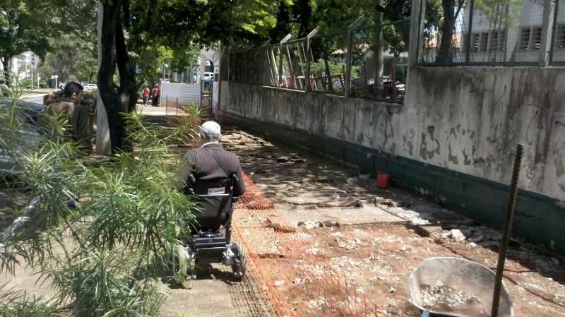 Cadeirante, segundo leitor, levou pelo menos 10 minutos para atravessar a área. (Foto: Carlos Henrique Monteiro)
