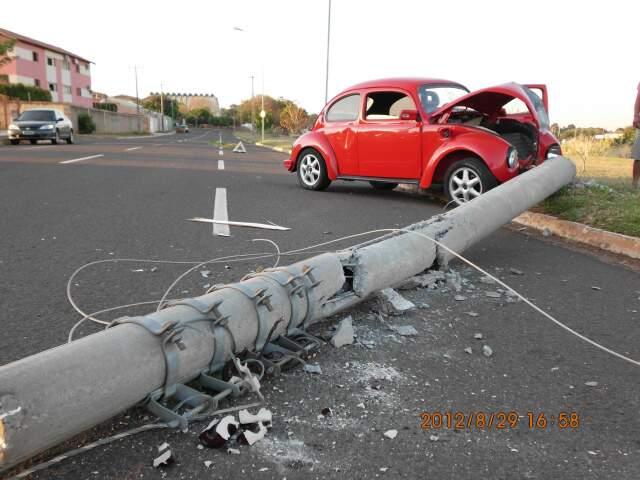 Fusca derrubou poste em avenida. (Foto: Caristom Matos)