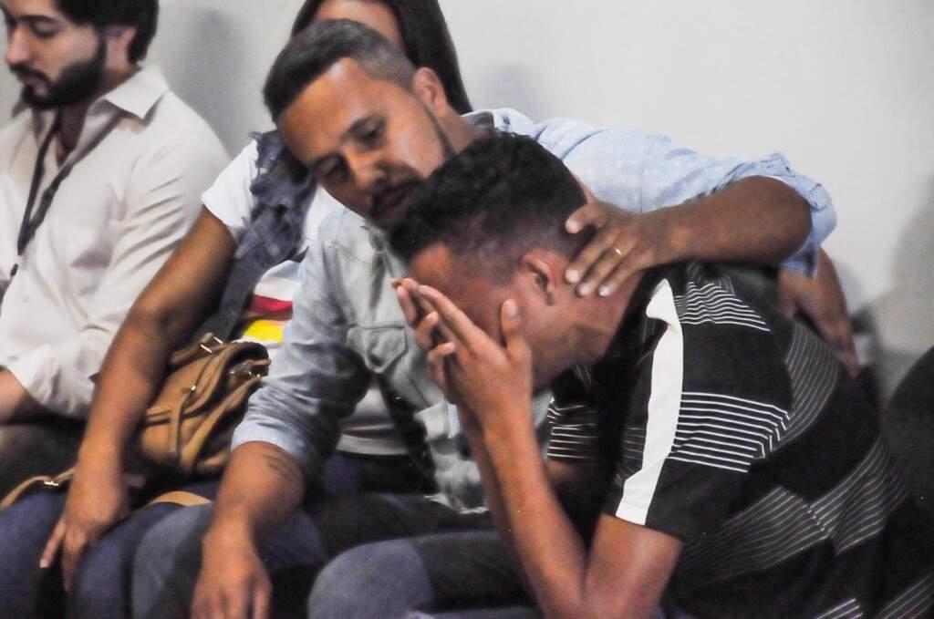 O primo chorou ao deixar a sala de audiência (Foto: Paulo Francis)