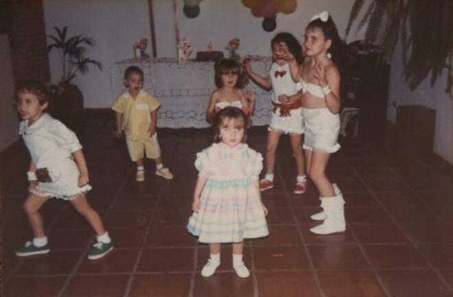 As dancinhas da época combinam com o visual das meninas mais velhas: bustiê e bota branca igual a da Xuxa. (Foto: Arquivo Pessoal)