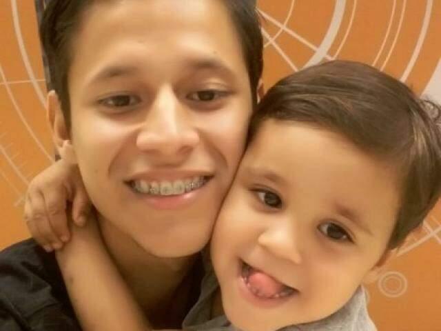 Evaldo em foto com o filho morto afogado em bacia. (Foto: Reprodução)