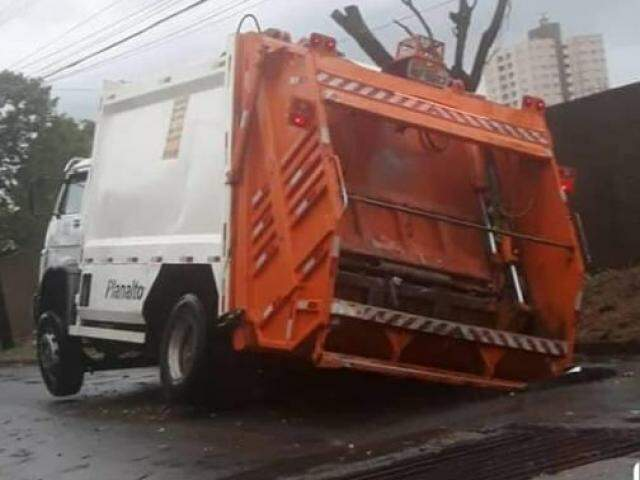 Na Rua Bernardino Mendes, um caminhão caiu em um buraco após temporal. (Foto: Perfil News/Reprodução)
