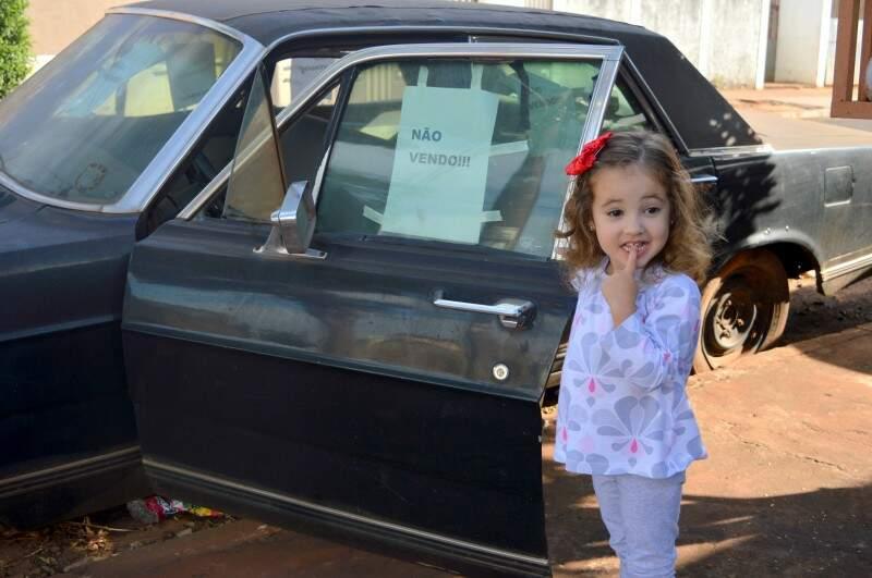 """E Beatriz se diverte contando que é o """"carro velho do papai"""". (Foto: Thailla Torres)"""