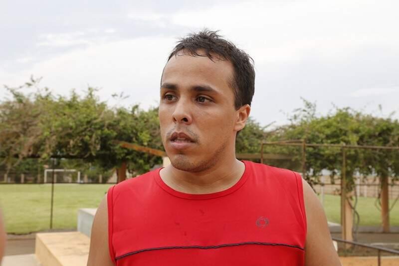 Anderson é um dos moradores do bairro Taveirópolis, onde fica a Praça Esportiva Elias Gadia. (Foto: Gerson Walber)