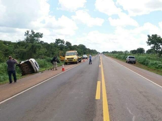 Veículo capotou e foi lançado para fora da pista com a força do impacto. (Foto: Coxim Agora)