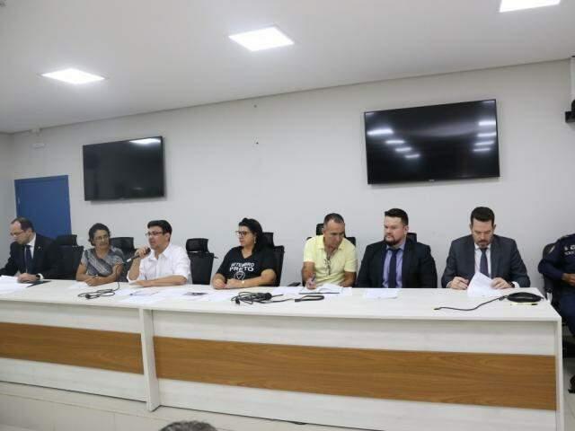 Mesa de autoridades que participaram do encontro no plenarinho da Câmara Municipal de Campo Grande. (Foto: Paulo Francis)